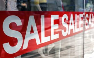 Picture of shop window display with text Sale on static cling label